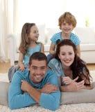 Familie auf Fußboden im Wohnzimmer stockfoto