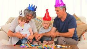 Familie auf Geburtstag stock video footage