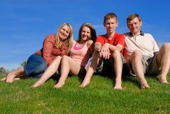 Familie auf Gras Stockbild
