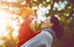 Familie auf Herbstweg Stockbilder
