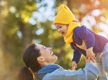Familie auf Herbstweg Stockfoto