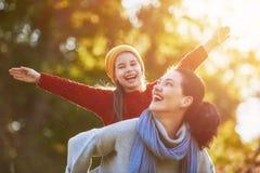 Familie auf Herbstweg Lizenzfreies Stockfoto