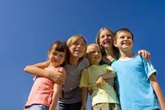 Familie auf Himmel lizenzfreies stockbild