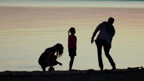 Familie auf Natur Die Familie auf dem Strand Familie bei Sonnenuntergang stock video
