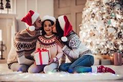 Familie auf neues Jahr ` s Eve stockbilder