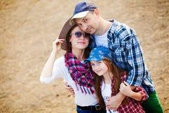 Familie auf Ranch lizenzfreie stockfotos