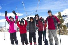 Familie auf Ski-Ferien Stockfotografie