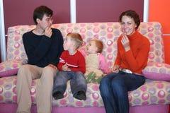 Familie auf Sofa Stockfoto