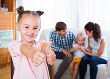 Familie auf Sofa, Mädchen, das auseinander steht lizenzfreies stockbild