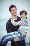 Familie auf Sommer-Strandurlaub Lizenzfreie Stockfotos