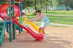 Familie auf Spielplatz Stockfotografie