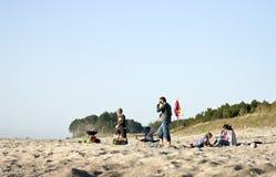 Familie auf Strand Lizenzfreie Stockfotos