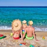 Familie auf Strand in Griechenland stockfoto