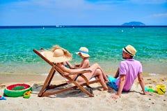 Familie auf Strand in Griechenland lizenzfreies stockbild