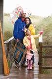 Familie auf Strand mit Regenschirm Lizenzfreies Stockbild