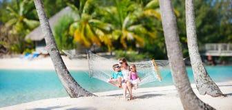 Familie auf Strandferien stockfotografie