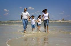 Familie auf Strandferien lizenzfreie stockfotografie