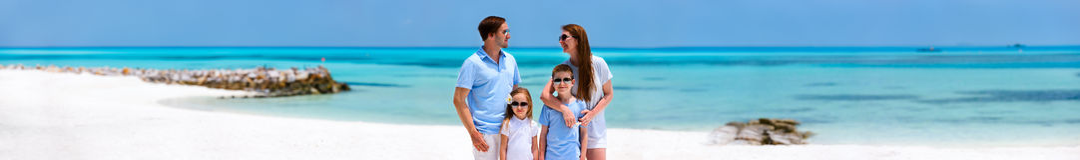 Familie auf tropischen Ferien lizenzfreies stockbild