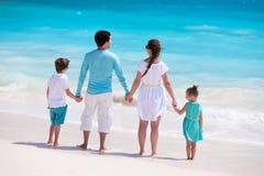 Familie auf tropischen Strandferien Stockbilder