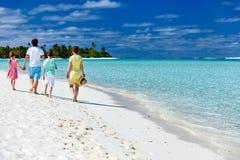 Familie auf tropischen Strandferien Stockfoto