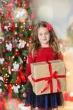 Familie auf Weihnachtsabend am Kamin Kinder, die Weihnachtsgeschenke öffnen Kinder unter Weihnachtsbaum mit Geschenkboxen Verzier Lizenzfreie Stockfotos