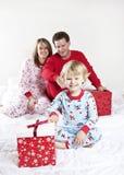 Familie auf Weihnachtsmorgen Stockfoto