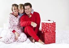 Familie auf Weihnachtsmorgen Stockbild