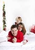 Familie auf Weihnachtsmorgen Lizenzfreies Stockbild