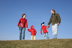 Familie auf Wiese Stockfoto