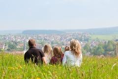 Familie auf Wiese im Frühjahr oder Frühsommer Stockfotografie