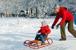 Familie auf Winterweg Stockfotografie