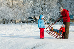 Familie auf Winterweg Lizenzfreies Stockbild