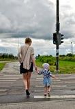 Familie auf Zebraüberfahrt Lizenzfreie Stockfotos