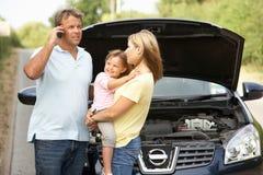Familie aufgegliedert auf Land-Straße Lizenzfreie Stockfotos