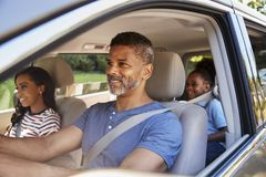 Familie in Auto die op Wegreis gaan royalty-vrije stock afbeeldingen