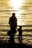 Familie bei Sonnenuntergang Stockfotos