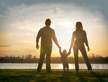 Familie bei Sonnenuntergang Lizenzfreie Stockbilder