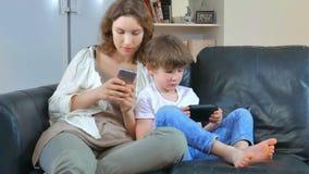Familie benutzt Geräte und steht nicht in Verbindung stock video footage