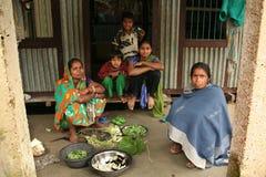 Familie bereitet Nahrung zu stockbilder