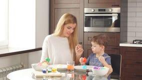 Familie bereitet sich für Feiertag vor Ostern und glückliches Momentkonzept stock video