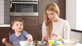 Familie bereitet sich für Feiertag vor Ostern und glückliches Momentkonzept stock footage