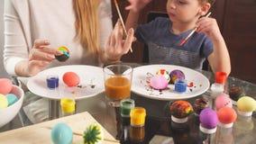 Familie bereitet sich für Feiertag vor Ostern und glückliches Momentkonzept stock video footage