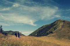 Familie besprechen sich über Route auf die Oberseite von Berg-hil Lizenzfreie Stockfotos