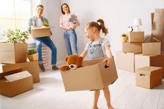 Familie bewegen sich auf neue Wohnung lizenzfreie stockfotos