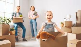 Familie bewegen sich auf neue Wohnung stockfotografie
