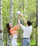 Familie bij aard royalty-vrije stock afbeelding