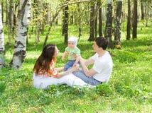 Familie bij aard stock fotografie