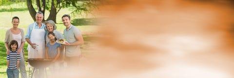 Familie bij bbq met onscherpe oranje overgang Royalty-vrije Stock Afbeelding