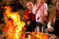 Familie bij de barbecue in de avond Stock Foto's