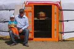 Familie bij de deur van yurt Royalty-vrije Stock Afbeeldingen